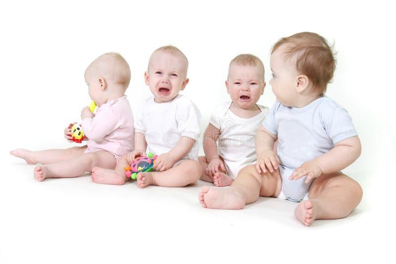 Varios bebés sobre blanco imagen de archivo