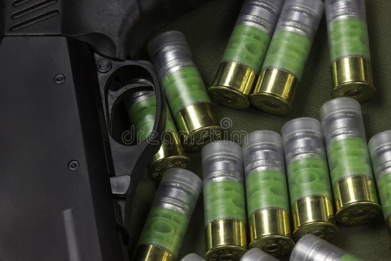 Varios cartuchos de la bala de 12 indicadores y disparador de la escopeta foto de archivo libre de regalías