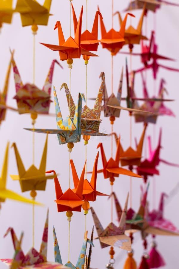 Varios cisnes de los colores decorativos hechos en papel Papiroflexia colorida de Japón Papel doblado en las formas animales foto de archivo libre de regalías