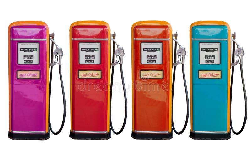 Varios color del distribuidor clásico viejo del aceite en la estación de gasolina foto de archivo