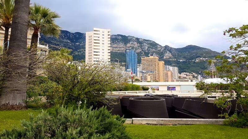 Varios hoteles en el fondo de montañas, alojamiento de alquiler en el centro turístico foto de archivo libre de regalías