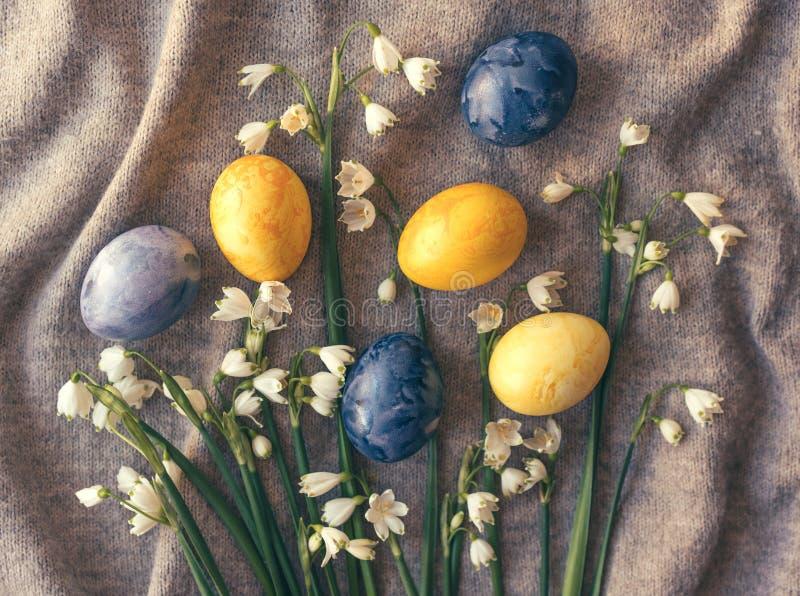 Varios huevos de Pascua y snowdrops forman un sistema festivo foto de archivo libre de regalías