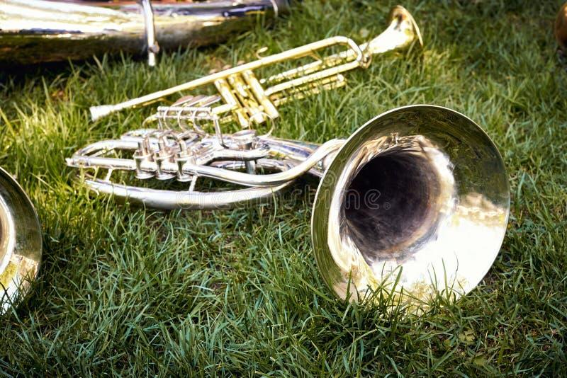 Varios instrumentoes de viento musicales de una orquesta de la trompeta foto de archivo