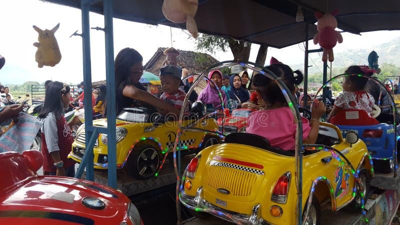 Varios niños conducen los juguetes de los coches fotografía de archivo libre de regalías