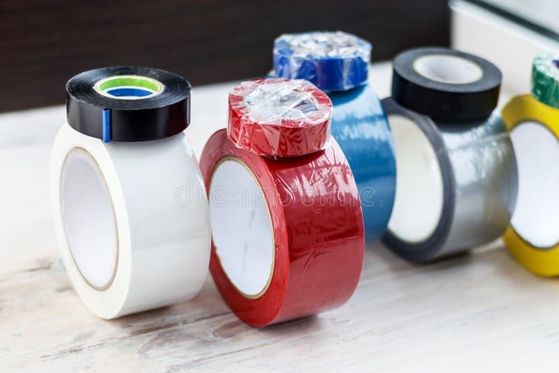 Varios rollos de la cinta aislante Levántese y ruede hacia nosotros, ellos se envuelven con la cinta eléctrica tenga tono Profund fotos de archivo