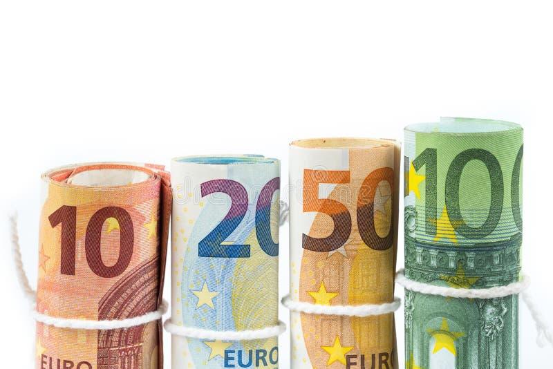 Varios rollos de los billetes de banco euro apilados por el valor a partir del diez, twent imagen de archivo