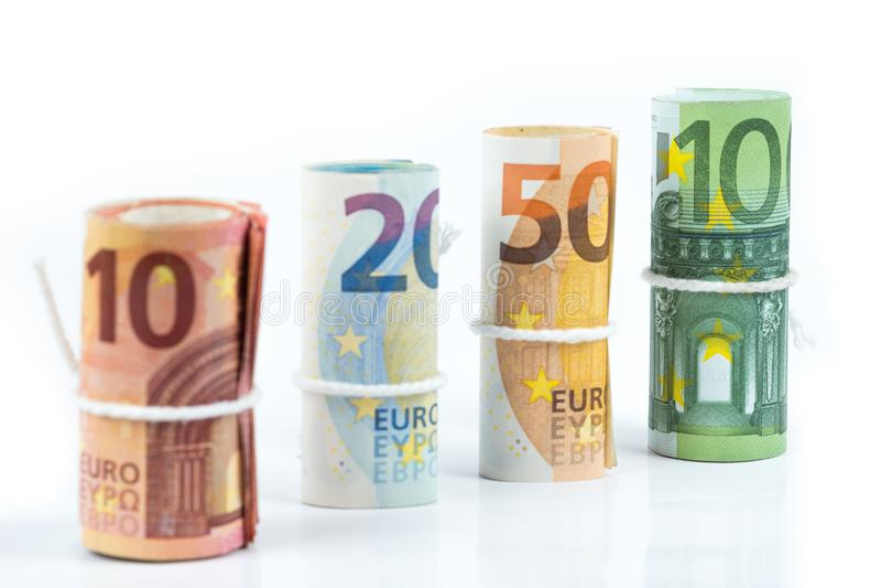 Varios rollos de los billetes de banco euro apilados por el valor a partir del diez, twent imagenes de archivo