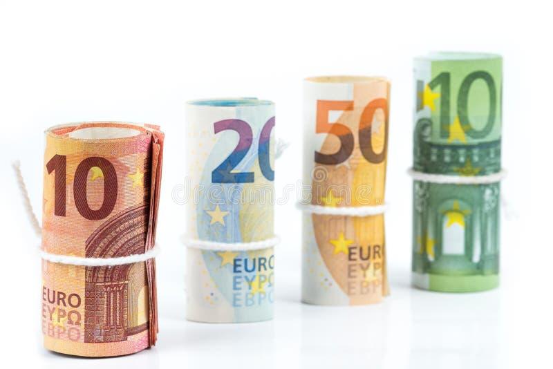 Varios rollos de los billetes de banco euro apilados por el valor a partir del diez, twent fotos de archivo