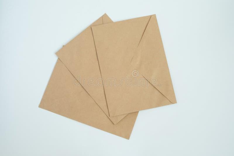 Varios sobres del documento de letra marrón, sobre el primer blanco del fondo, visión superior fotografía de archivo