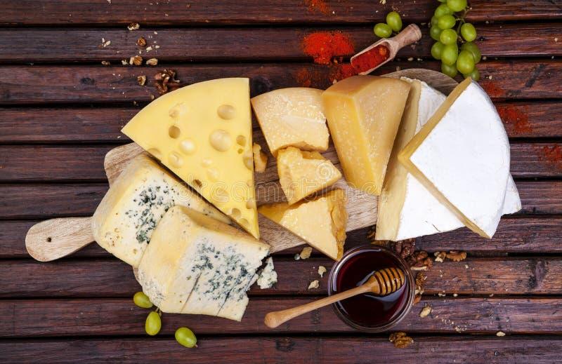 Varios tipos de queso Cheddar, parmesano, emmental, queso verde fotografía de archivo