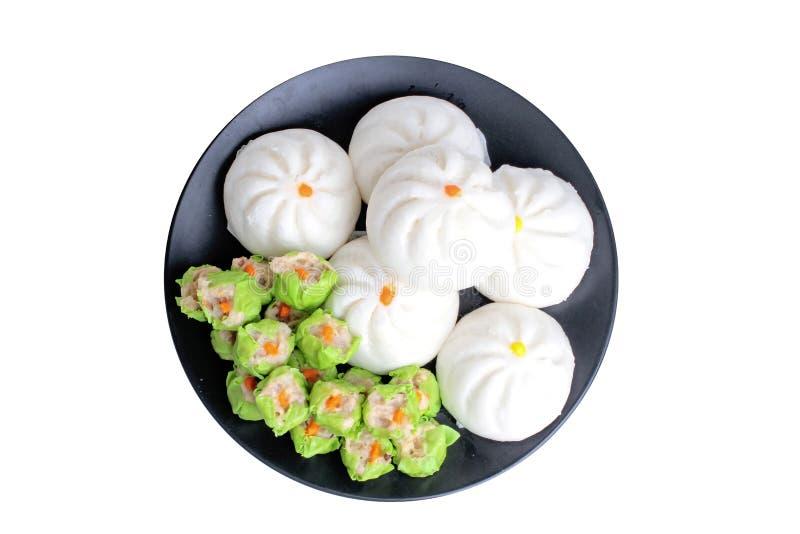 Varitirs a cuit le petit pain de substance et la boulette à la vapeur cuite à la vapeur chinoise verte avec du porc servi dans le photographie stock