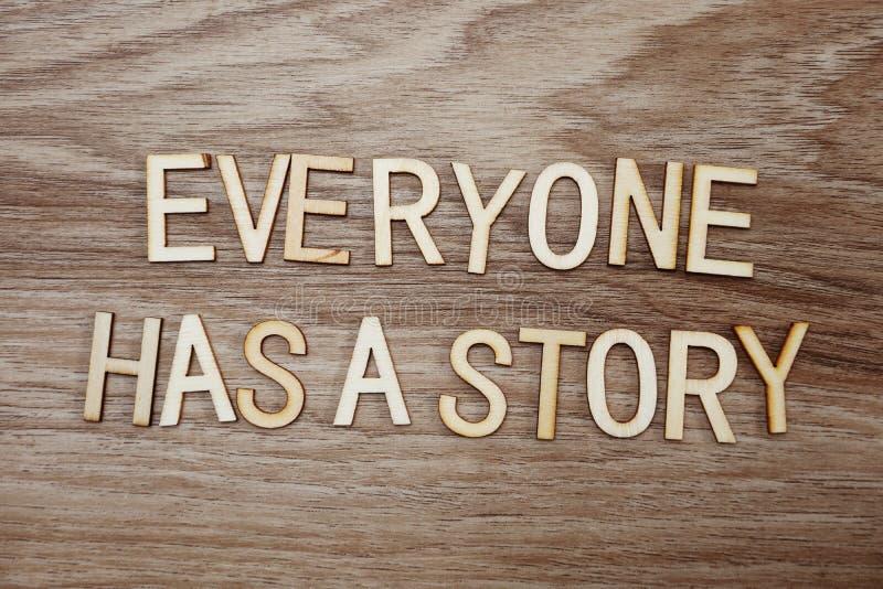Varje har på ett berättelsetextmeddelande på träbakgrund arkivfoto
