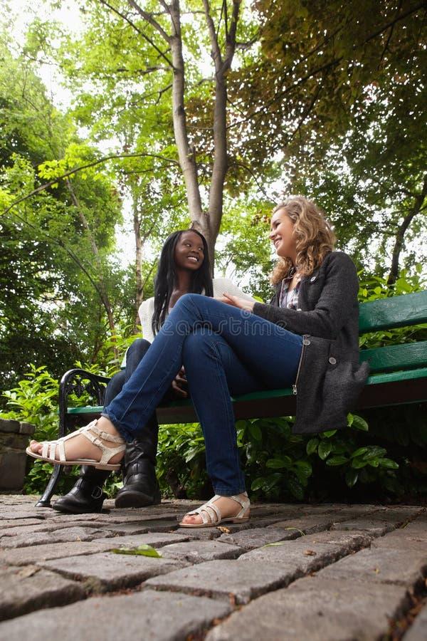 varje kvinnlig annan park som talar till barn royaltyfri foto