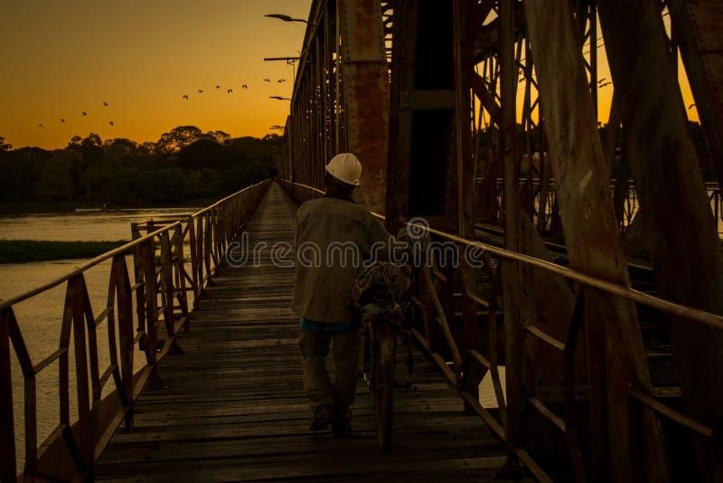 Varje tusentals personer för dag korsar bron över den San Francisco floden, mellan Pirapora och Buritizeiro, i Minas Gerais, Bras arkivbild