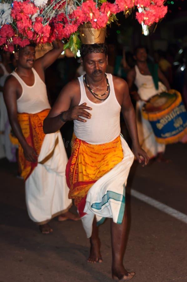 Varkala, Indien - 23. März 2016: traditioneller Kathakali-Tanz am Holi-Festival-Karneval in Varkala, Kerala, Indien stockbild