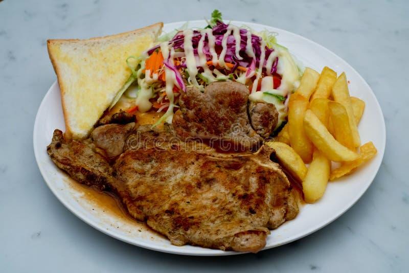 Varkenskoteletten met frieten royalty-vrije stock foto's