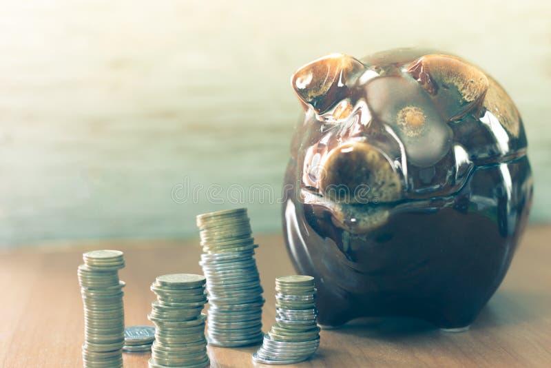 Varkensspaarvarken met muntstukken stock foto's