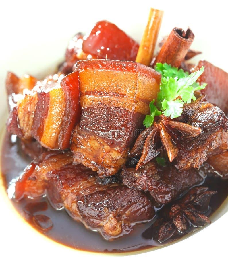 Varkensvlees dat in de jus wordt gestoofd stock afbeelding