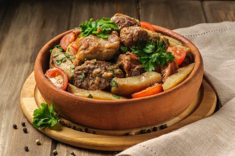 Varkensvlees en aardappelschotel stock foto