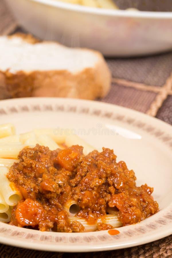 Varkensvlees en rundvleesgehakt met tomatensaus en macaroni stock afbeelding