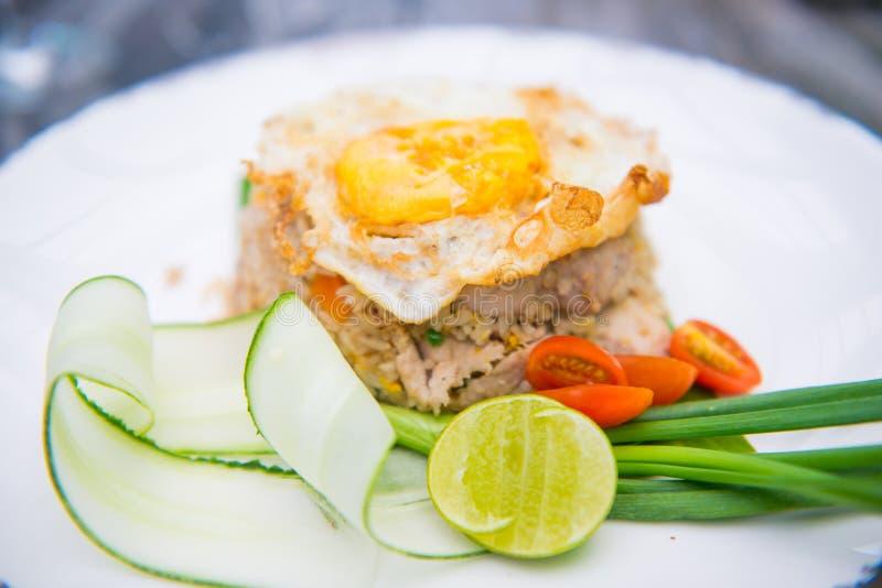 Varkensvlees gebraden rijst met gebraden ei stock foto's