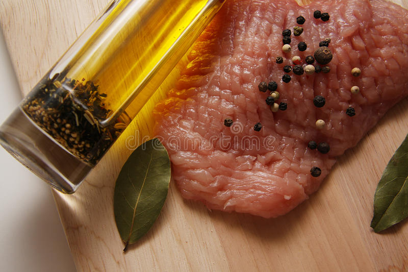 Varkensvlees met oliefles en baaibladeren stock afbeeldingen
