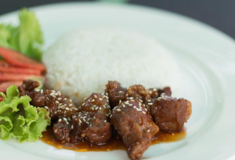 Varkensvlees met rijst wordt gebraden die stock foto