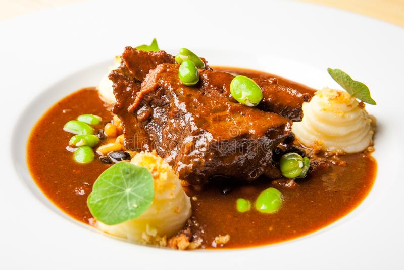 Varkensvlees met Spaanse peperssaus en bonen royalty-vrije stock fotografie