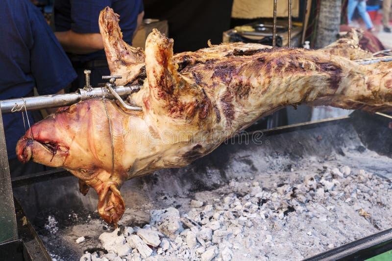 Varkensvlees op ijzer het koken op steenkolen wordt doorstoken die royalty-vrije stock foto