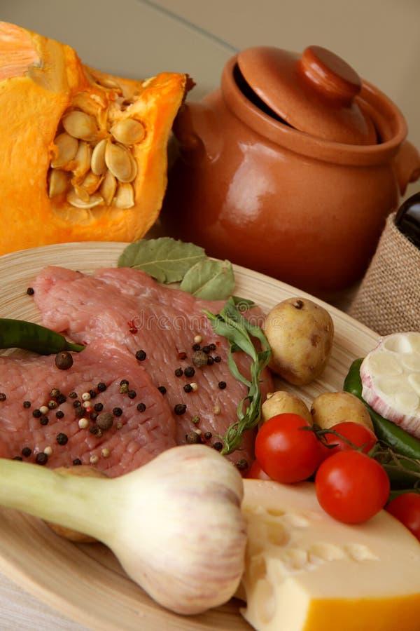 Varkensvlees ruw voor kruidige schotel stock foto