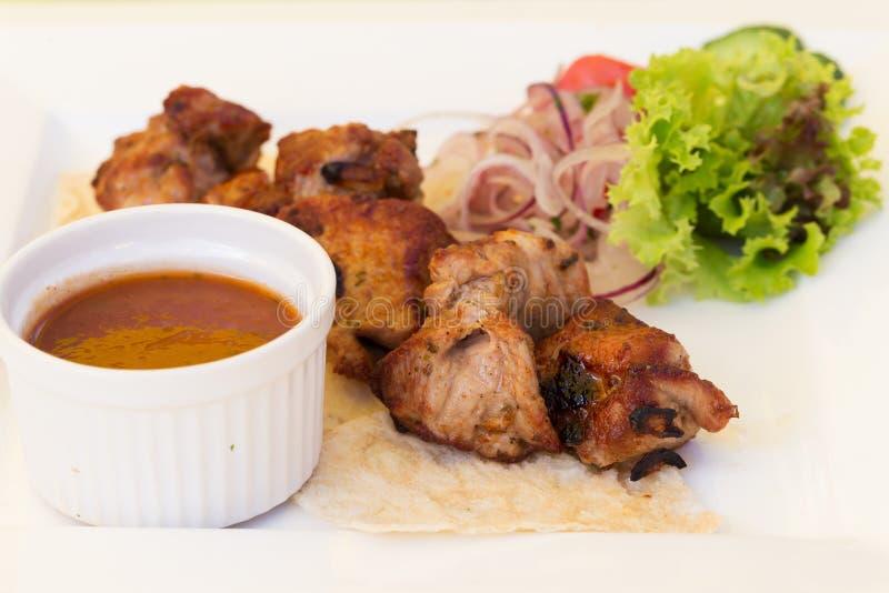 Varkensvleesbbq barbecue op een plaat stock afbeelding