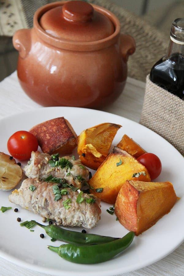 Varkensvleesbroodjes en plantaardige hutspot stock foto