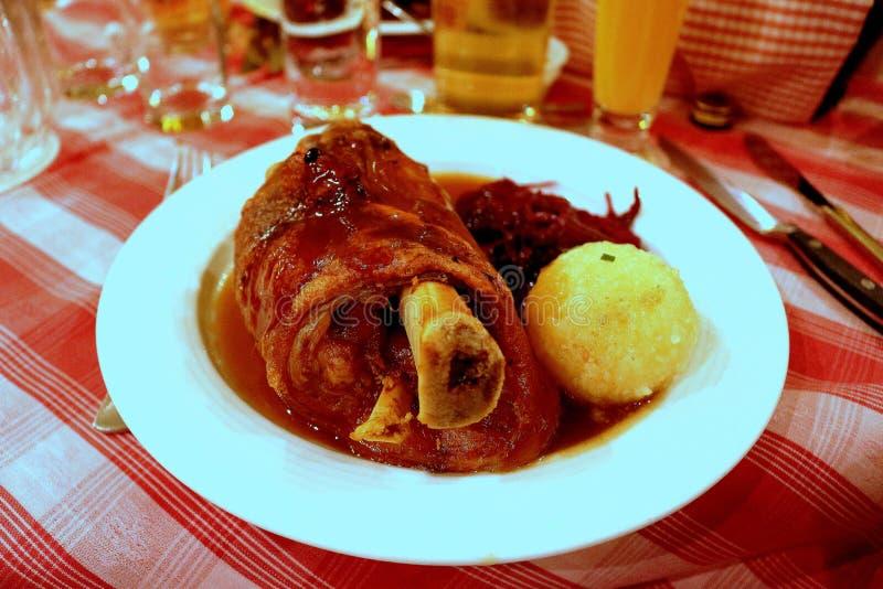 Varkensvleesgewricht Duitsland met Fijngestampte potatos stock foto