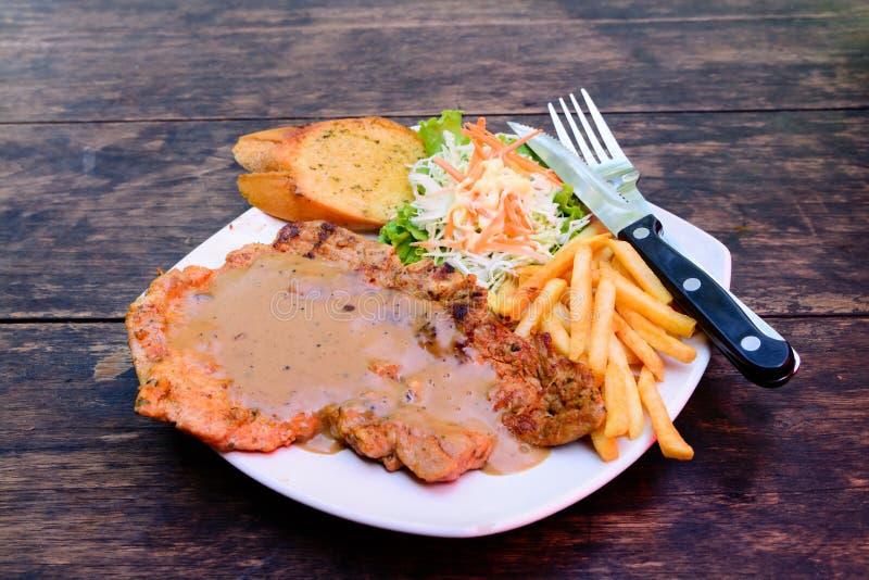 Varkensvleeslapje vlees met jus royalty-vrije stock afbeelding