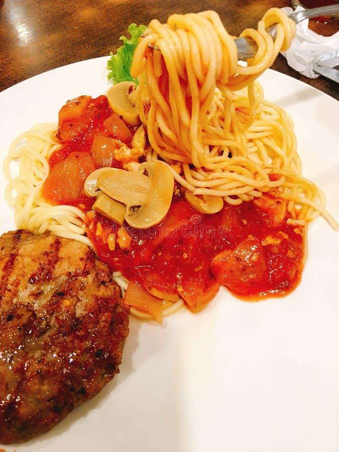 Varkensvleeslapje vlees, zwarte peper, spaghetti royalty-vrije stock afbeelding