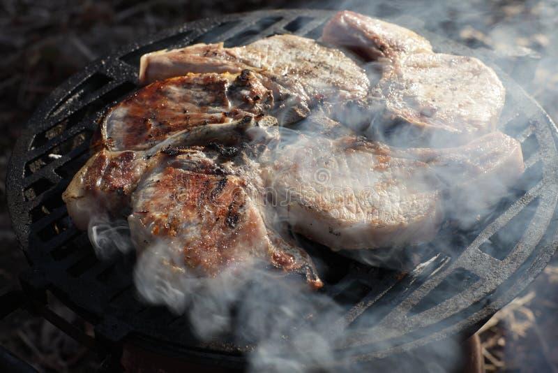 Varkensvleeslendestukken op een gietijzergrill royalty-vrije stock fotografie