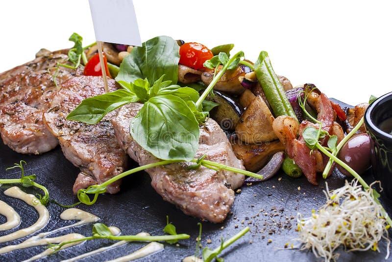 Varkensvleesmedaillons met geroosterde groenten royalty-vrije stock foto's