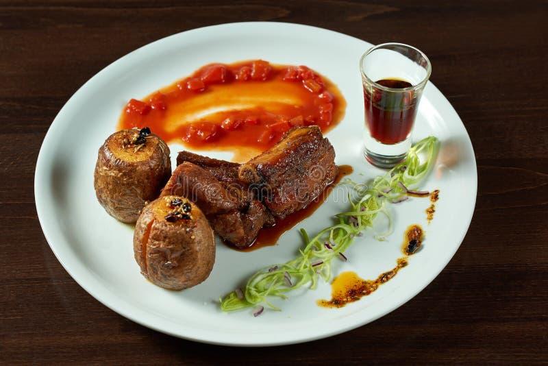 Varkensvleesribben en aardappels op de plaat royalty-vrije stock fotografie
