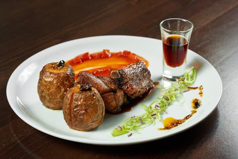 Varkensvleesribben en aardappels op de plaat royalty-vrije stock afbeelding
