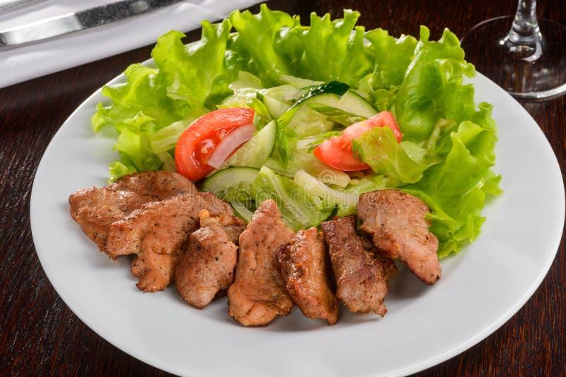 Varkensvleestenderlion met plantaardige salade stock afbeeldingen