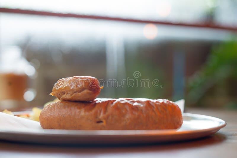 Varkensvleesworst van keusingrediënten dat wordt gemaakt royalty-vrije stock afbeeldingen
