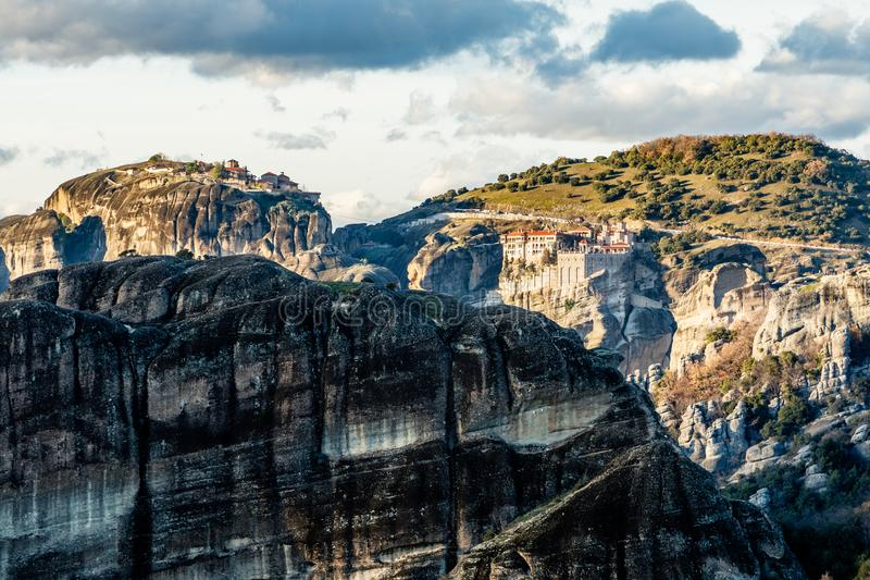Varlaam und großartige Meteora-Klöster, errichtet auf den Felsen, Berglandschaft, Meteoren, Trikala, Thessalien lizenzfreies stockfoto