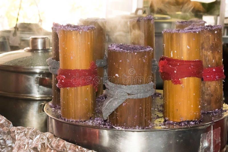 Varm ånga putobumbong, en purpurfärgad söt filippinsk efterrätt eller maträtt arkivfoton