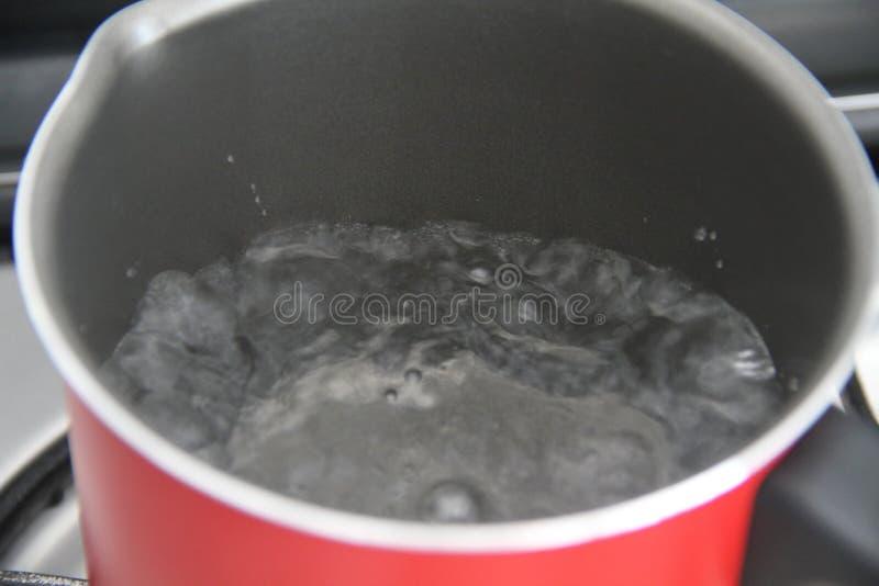 Varm aluminiumpanna för koka vatten som lagar mat receptvätskeSao Paulo Brazil arkivbilder