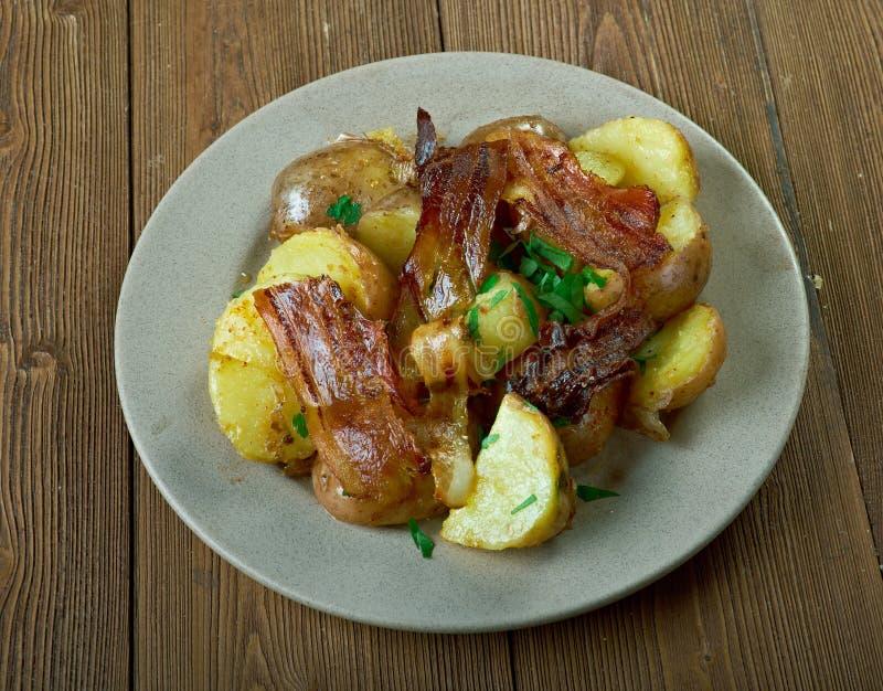 Varm baconpotatissallad royaltyfri foto