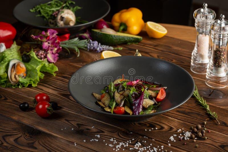 Varm bakad auberginesallad med örter och kryddor arkivbilder