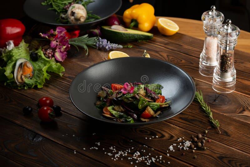 Varm bakad auberginesallad med ?rter och kryddor arkivbilder