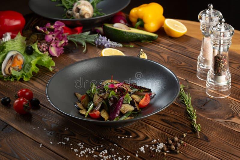 Varm bakad auberginesallad med ?rter och kryddor royaltyfria bilder