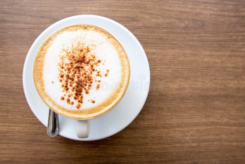Varm cappuccino på trätabellen arkivfoto