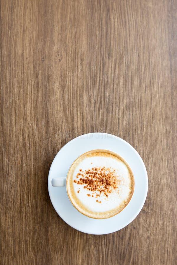 Varm cappuccino på trätabellen royaltyfri foto